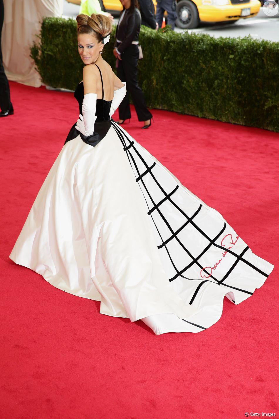 b192f607b A cauda do vestido de Sarah Jessica Parker já diz quem é o responsável pelo  vestido que ela usou. O look P B