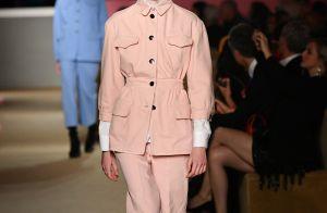 Shape larguinho e mangas mais compridas que o casaco: o desfile cruise da Prada