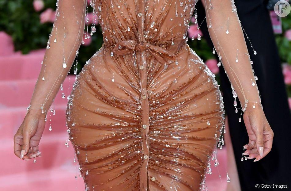 Kim Kardashian usou wet hair e maquiagem glossy - Purepeople
