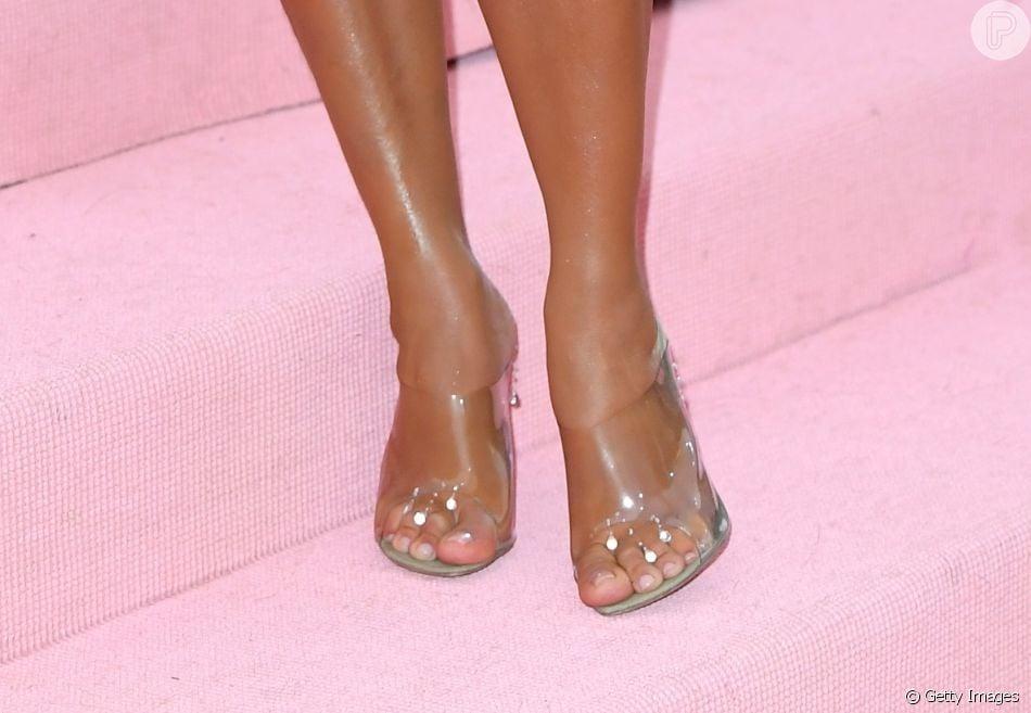 Kim Kardashian elegeu naked heels para os pés coordenando