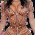 Kim Kardashian usou vestido com decote profundo e bem justo ao corpo