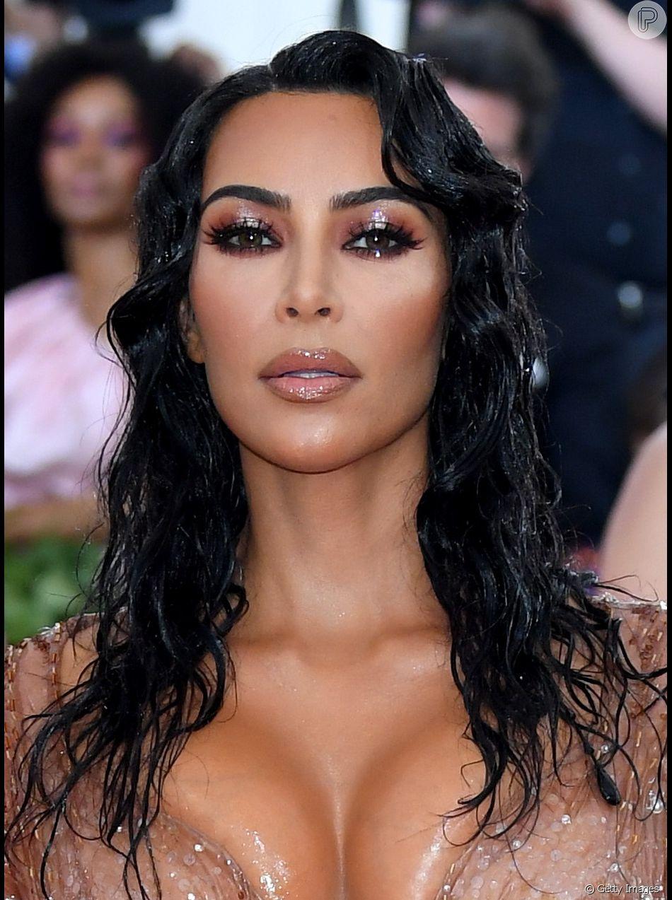 Kim Kardashian usou vestido com decote profundo e bem