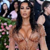 Kim Kardashian faz a gata molhada e usa vestido ultra sexy justo e transparente