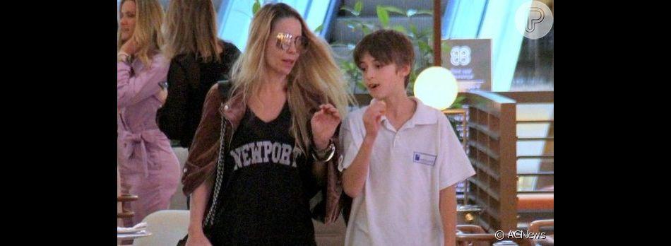 Danielle Winits choca fãs ao posar com filho mais velho, Noah, de onze anos