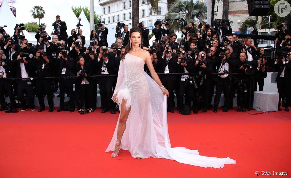 Alessandra Ambrosio escolheu vestido com transparência e penas no primeiro dia de Cannes