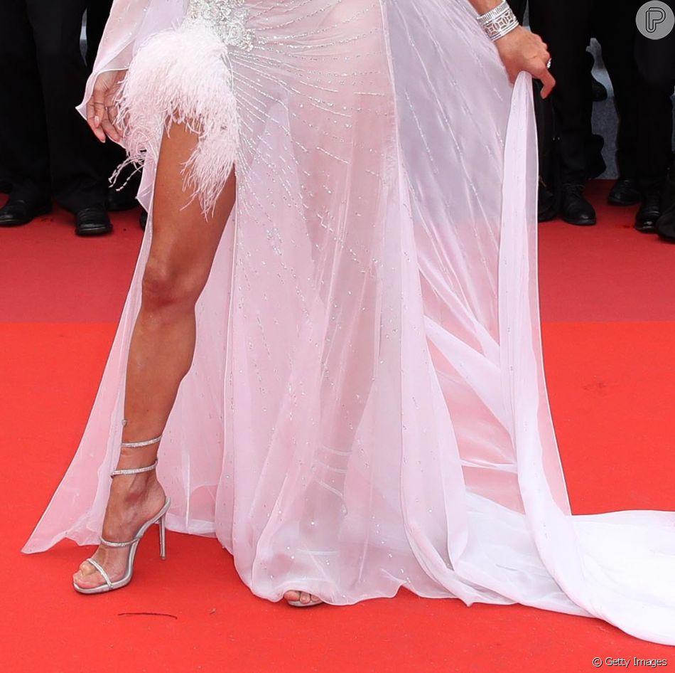 Alessandra Ambrósio elegeu vestido com fenda, plumas e muita transparência para o primeiro dia em Cannes