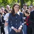 Kate Middleton adora vestidos de botão com a saia bem fluida e manga comprida com punhos
