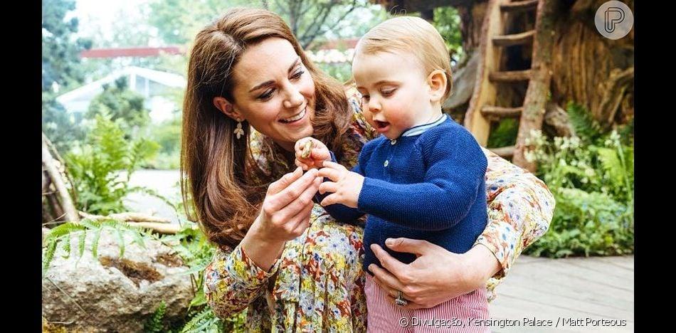Kate Middleton se diverte com o pequeno Louis com vestido acessível