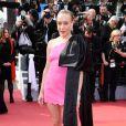 Chloé Sevigny de vestido curto e assimétrico com laço gigante!