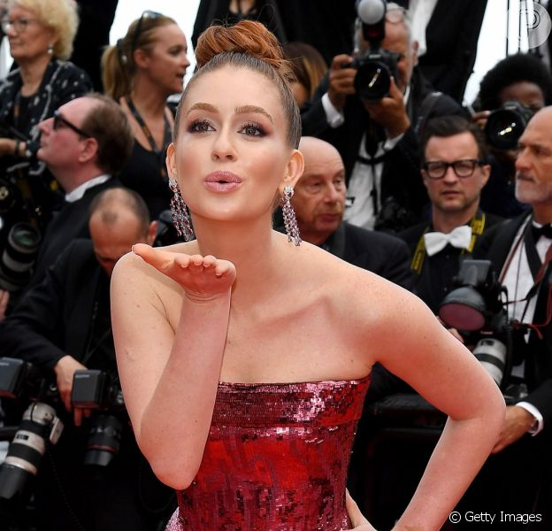 Marina Ruy Barbosa marca presença no Festival de Cannes com um elegante look vermelho brilhoso nesta quarta-feira, dia 22 de maio de 2019