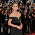 Nos primeiros dias do Festival de Cannes 2019, Marina Ruy Barbosa também apareceu elegante com um vestido preto com mangas ombro a ombro e cauda longa