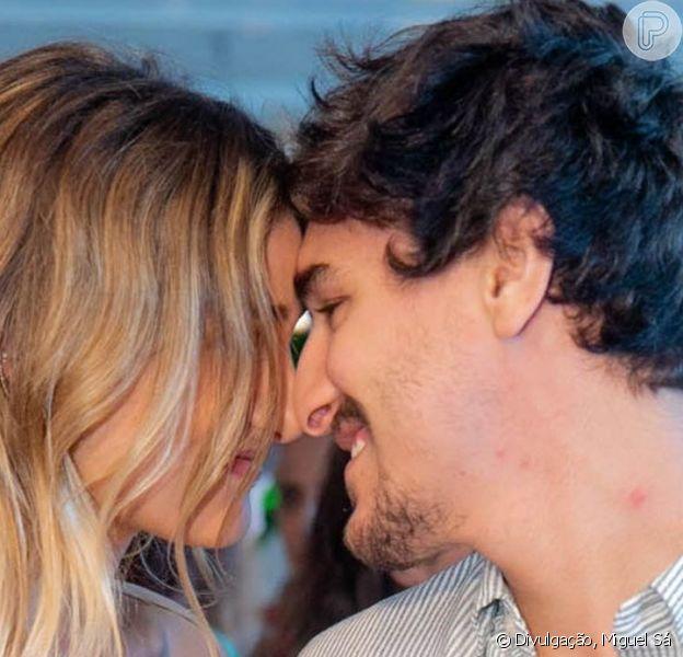 Sasha Meneghel e o namorado, Bruno Montaleone, se beijaram no lançamento de coleção de joias da filha de Xuxa