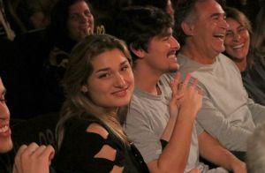 5ff7ddf1f6 Sasha prestigia Junno Andrade no teatro ao lado do namorado