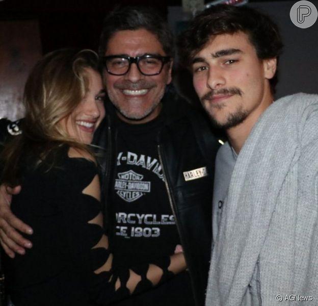 Sasha e Bruno Montaleone prestigiaram a peça estrelada por Junno Andrade neste domingo, 26 de maio de 2019