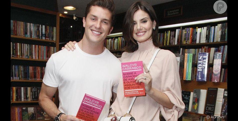 Camila Queiroz e Kleber Toledo foram prestigiar o autor Walcyr Carrasco em lançamento de seu novo livro