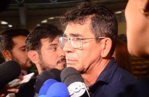 Abalados, namorada e pai de Gabriel Diniz se despedem do cantor em velório