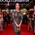 Na festa da Dolce & Gabbana, Ivete Sangalo apostou no vestido justo e drapeado de oncinha com batom vermelho matte
