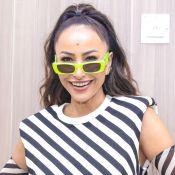 Sabrina Sato elege pantalona jeans e óculos neon para dar palestra em SP. Fotos!