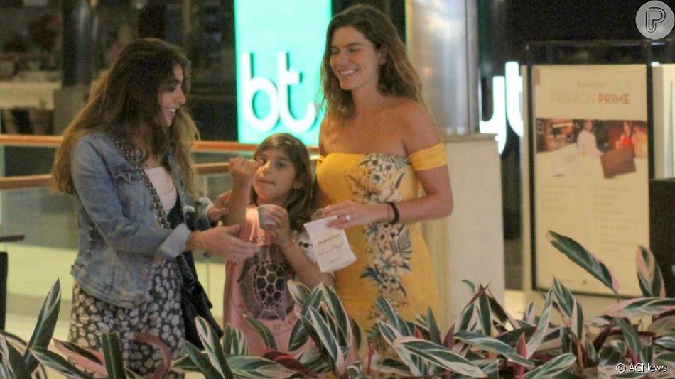 Cauã Reymond curte passeio no Fashion Mall com a filha, Sofia, Mariana Goldfarb e família da modelo, no Rio, na noite deste domingo, 16 de junho de 2019