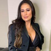 Simone exibe silhueta fina em blusa com decote e calça de cintura alta: 'Gata'