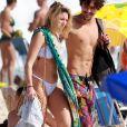 Bruno Montaleone foi fotografado com  Caroline Mauro  na praia na Barra da Tijuca, Zona Oeste do Rio