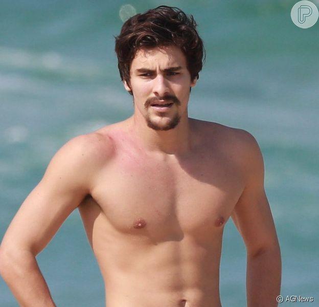 Bruno Montaleone foi visto em praia do Rio de Janeiro com amiga após fim de namoro com Sasha Meneghel