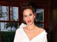 Bruna Marquezine aparece poderosa de batom vermelho e lingerie à mostra. Veja!