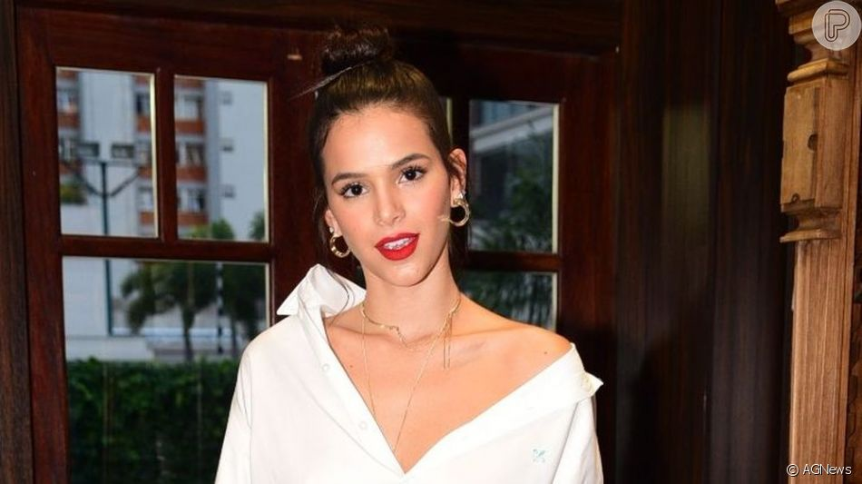 Bruna Marquezine apareceu sexy em uma foto postada pelo beauty artist Lucas Vieira neste domingo, 23 de junho de 2019