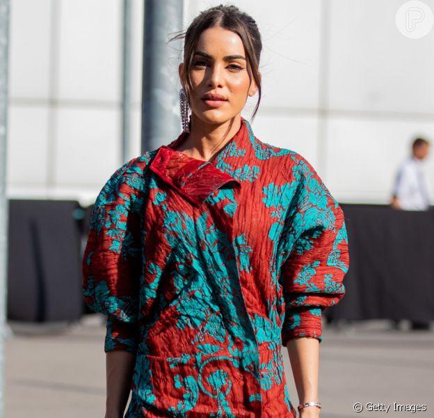 Vestido em estilo anos 80 é moda no street style da Semana de Alta-Costura
