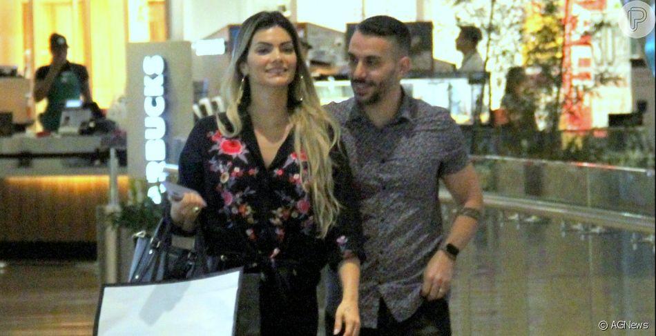 Kelly Key e o marido, Mico Freitas, vão às compras em shopping no Rio