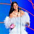 Bruna Marquezine trocou de roupa e surgiu no palco do MTV MIAW 2019 com tomara que caia de plumas