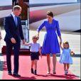 Príncipe George apareceu com look combinando com o da família em viagem real