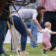 Príncipe George estava bastante animado, mas precisou da ajuda da mãe, Kate Middleton, ao caminhar na grama