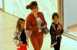 Giovanna Antonelli ganha chamego e anda abraçada com filhas gêmeas em passeio