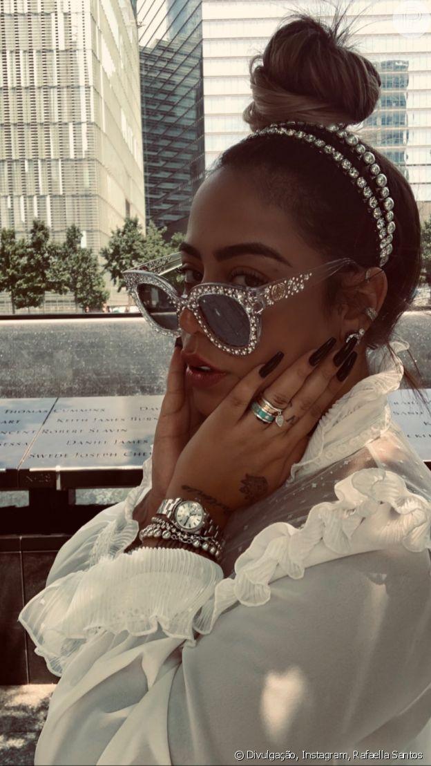 Rafaella Santos aposta em coque bagunçado, óculos de strass e tiara de pérolas
