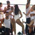 Anitta agita fãs ao coreografar o hit 'Movimento da Sanfonia'