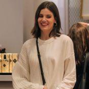 Casaco tricô e bolsa D&G: Camila Queiroz aposta em look comfy ao ir às compras