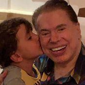 De pijama, Silvio Santos rouba a cena ao ganhar beijo do neto Pedro: 'Estiloso'