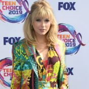 Taylor Swift aposta em conjuntinho grifado no Teen Choice Awards. Aos detalhes!