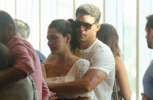 Cauã Reymond troca carinhos com Mariana Golfarb em fila de cinema. Fotos!