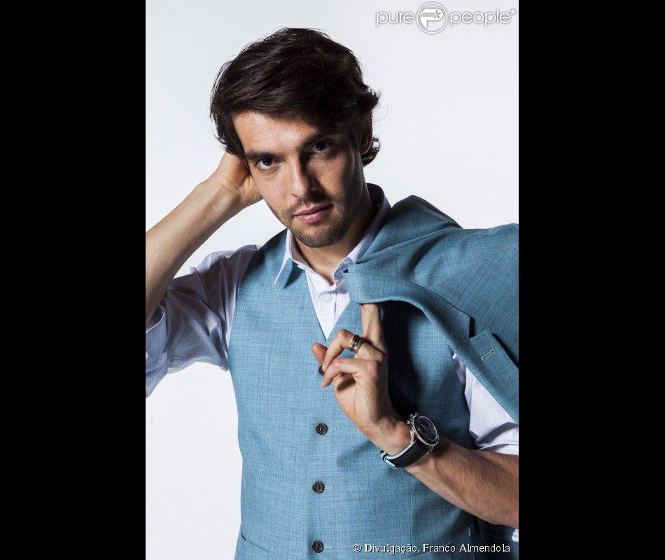 Kaká posa estiloso e ensina como montar looks na edição de outubro da revista 'GQ Brasil'. As fotos foram divulgadas nesta terça-feira, 14 de outubro de 2014