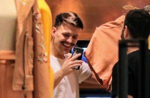 Saulo Poncio se diverte no celular em ida às compras com a mãe e irmã. Fotos!