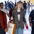 Sophie Turner, 23, foi outra que escolheu o blazer, mas com cropped t-shirt num look mais jovem