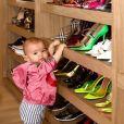 Sabrina Sato mostra Zoe em se closet de sapatos