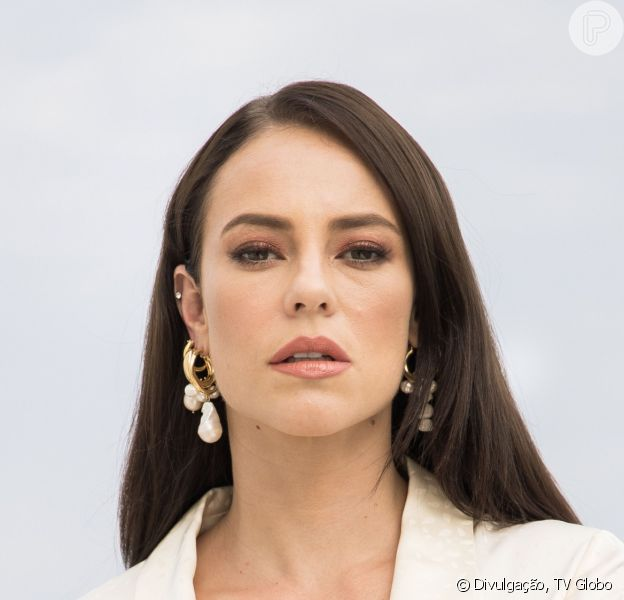 Nos próximos capítulos da novela 'A Dona do Pedaço', Vivi (Paolla Oliveira) vai surpreender ao usar vestido de noiva preto em seu casamento com Camilo (Lee Taylor)