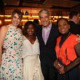 William Bonner levou a mulher, Natasha Dantas, e posou com Gloria Maria e Dulceneia Novaes na festa dos 50 anos do 'Jornal Nacional'