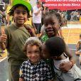 Filho de Bruno Gagliasso e Giovanna Ewbank deu um beijinho no rosto do neto de Regina Casé durante em evento esportivo na escola onde estudam: 'Puro amor!'