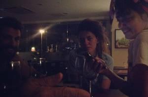 Cauã Reymond janta com amigas de elenco do filme 'Língua Seca', em Pernambuco