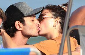 Isis Valverde troca beijos com o marido, André Resende, em praia do Rio. Fotos!