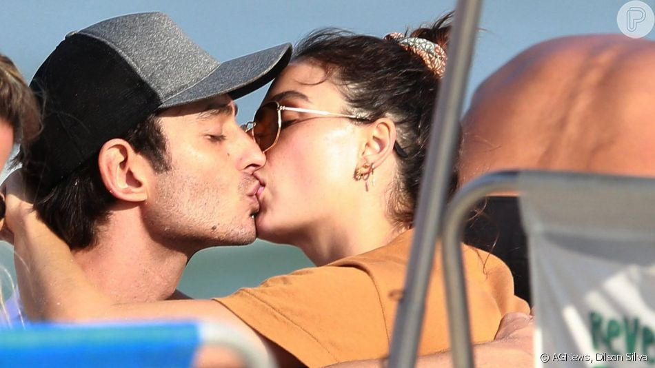 Isis Valverde e André Resende trocaram beijos na na praia da Barra da Tijuca neste domingo, 8 de setembro de 2019